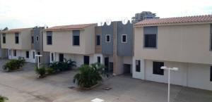 Townhouse En Ventaen Maracaibo, Avenida Goajira, Venezuela, VE RAH: 20-6853