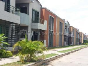 Townhouse En Ventaen Municipio Los Guayos, Paraparal, Venezuela, VE RAH: 20-8026