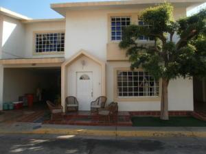 Townhouse En Ventaen Maracaibo, Avenida Goajira, Venezuela, VE RAH: 20-8482