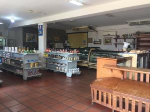 Local Comercial En Alquileren Maracaibo, Avenida Milagro Norte, Venezuela, VE RAH: 20-11464