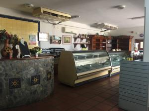 Local Comercial En Ventaen Maracaibo, Avenida Milagro Norte, Venezuela, VE RAH: 20-11474