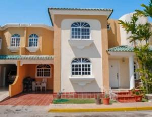 Townhouse En Ventaen Maracaibo, Fuerzas Armadas, Venezuela, VE RAH: 20-15987