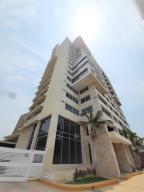 Apartamento En Ventaen Maracaibo, Avenida El Milagro, Venezuela, VE RAH: 20-18431