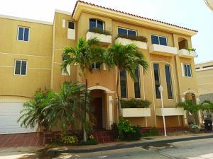Townhouse En Ventaen Maracaibo, Lago Mar Beach, Venezuela, VE RAH: 20-18478