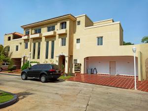 Townhouse En Ventaen Maracaibo, Lago Mar Beach, Venezuela, VE RAH: 20-18496