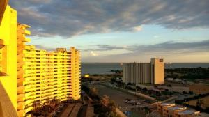 Apartamento En Ventaen Maracaibo, Avenida El Milagro, Venezuela, VE RAH: 20-21150