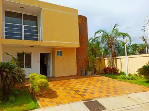 Townhouse En Ventaen Maracaibo, Lago Mar Beach, Venezuela, VE RAH: 20-22675