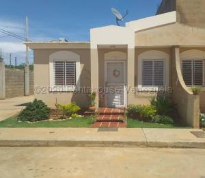 Casa En Ventaen Santa Rita, Via Principal, Venezuela, VE RAH: 20-24167