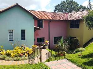 Casa En Ventaen Municipio Guaicaipuro, Parcelamiento Cortada Del Guayabo, Venezuela, VE RAH: 20-24489