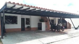 Townhouse En Ventaen Municipio San Diego, Monte Carmelo, Venezuela, VE RAH: 21-927