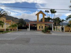 Townhouse En Ventaen Municipio San Diego, Monteserino, Venezuela, VE RAH: 21-1040