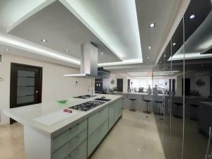 Apartamento En Ventaen Maracaibo, Avenida El Milagro, Venezuela, VE RAH: 21-6275