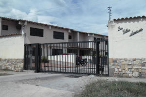 Townhouse En Ventaen Municipio San Diego, Monteserino, Venezuela, VE RAH: 21-8548