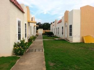 Townhouse En Ventaen Ciudad Ojeda, Calle Piar, Venezuela, VE RAH: 21-8690