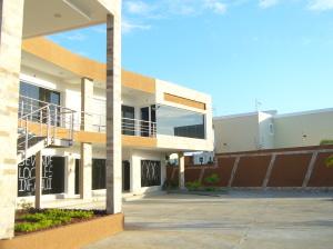 Local Comercial En Ventaen Maracaibo, Avenida Milagro Norte, Venezuela, VE RAH: 21-9152