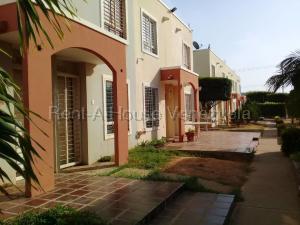 Townhouse En Ventaen Maracaibo, La Rotaria, Venezuela, VE RAH: 21-9360