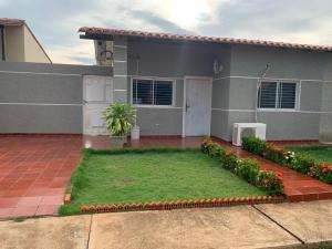 Townhouse En Ventaen Santa Rita, Via Principal, Venezuela, VE RAH: 21-10373