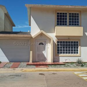 Townhouse En Ventaen Maracaibo, Avenida Goajira, Venezuela, VE RAH: 21-13694