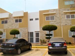 Townhouse En Alquileren Maracaibo, Avenida Goajira, Venezuela, VE RAH: 21-14715