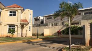 Townhouse En Ventaen Maracaibo, Lago Mar Beach, Venezuela, VE RAH: 21-15205