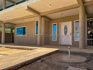 Townhouse En Ventaen Punto Fijo, Puerta Maraven, Venezuela, VE RAH: 21-16354