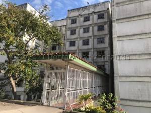Apartamento En Ventaen Los Teques, La Matica, Venezuela, VE RAH: 21-17245