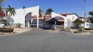 Townhouse En Ventaen Lecheria, Complejo Turistico El Morro, Venezuela, VE RAH: 21-18027