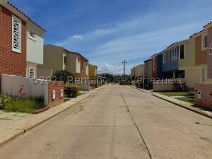 Townhouse En Ventaen Coro, Sector Los Orumos, Venezuela, VE RAH: 21-19334