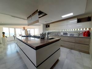 Apartamento En Alquileren Maracaibo, Avenida El Milagro, Venezuela, VE RAH: 21-20177