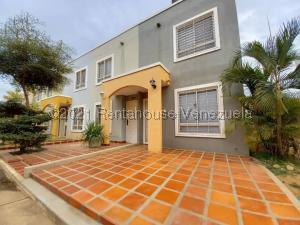 Townhouse En Ventaen Maracaibo, Via La Concepcion, Venezuela, VE RAH: 21-20426