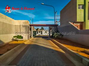 Townhouse En Ventaen Punto Fijo, Puerta Maraven, Venezuela, VE RAH: 21-10827