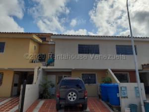 Townhouse En Alquileren Puerto Cabello, Cumboto, Venezuela, VE RAH: 21-24420