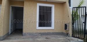 Townhouse En Ventaen Ciudad Ojeda, Avenida Bolivar, Venezuela, VE RAH: 22-1157