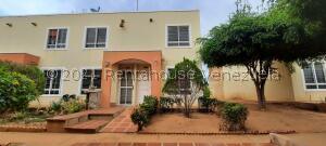 Townhouse En Ventaen Maracaibo, Via La Concepcion, Venezuela, VE RAH: 21-23170