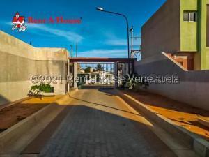 Townhouse En Ventaen Punto Fijo, Puerta Maraven, Venezuela, VE RAH: 22-2097