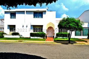 Townhouse En Ventaen Maracaibo, Fuerzas Armadas, Venezuela, VE RAH: 22-5183