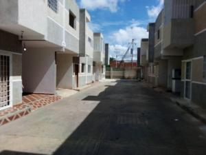 Townhouse En Ventaen Ciudad Ojeda, Calle Piar, Venezuela, VE RAH: 22-5959