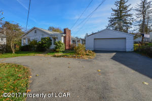 20 Holcomb Rd, Shavertown, PA 18708