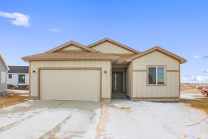 1513 Meadowlark Ct, Watford City, ND 58854