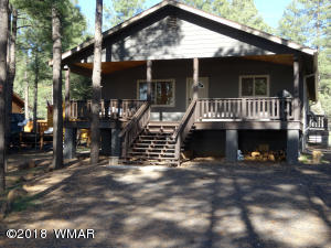 Cute 3 bedroom 2 bath, move in ready home in the heart of lakeside AZ