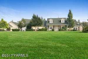 4 Bedrooms, 3 1/2 baths, 3,3 on 15.91 Acres in Lower Naches.