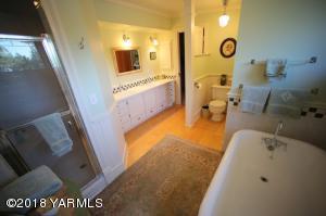 16a Upstairs Bathroom